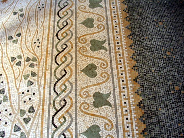 """Floor mosaic in the """"Ornitès"""" (Madame Reinach's bedroom)"""