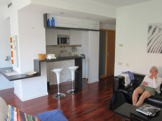 Livingroom, galley kitchen
