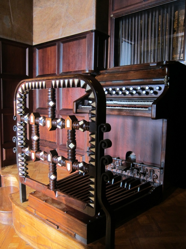 Closer view of organ - from the central space